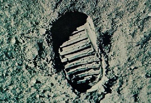 UN PASSO PER CAMBIARE LA STORIA.                          20 Luglio 1969, l'uomo conquista la Luna.